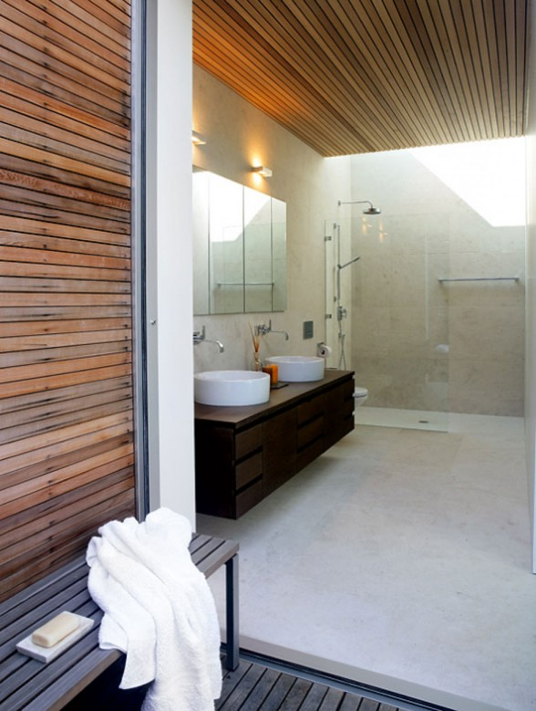 Glass-Bungalow-Design-with-Some-Wooden-Materials-Bathroom